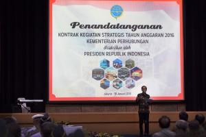 Presiden Jokowi sat menghadiri penandatangan kontrak kegiatan tahun 2016 di Kementerian Perhubungan, Jakarta (18/1) (Foto:Humas/Oji)