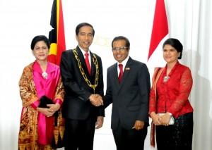Presiden Jokowi menerima medali kehormatan dari Presiden RDTL Taur Matan Ruak (26/1) di Istana Kepresidenan Timor Leste.