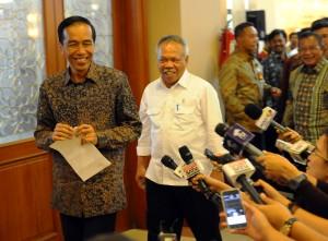 Presiden Jokowi setelah menajwab pertanyaan wartawan usai menyaksikan penandatangan kontrak kegiatan di Kementerian PUPR, Jakarta (6/1)