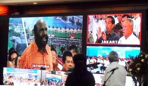 Suasana Video Conference Penandatanganan Kontrak Kegiatan di Ruang Pendopo, Kementerian PUPR, Jakarta (6/1)
