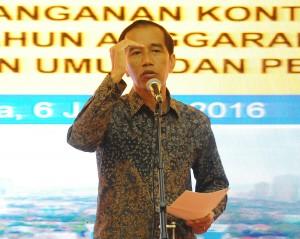 Presiden Jokowi memberikan arahan saat penandatangan kontrak kegiatan di ruang Pendopo Kementerian PUPR, Jakarta (6/1)