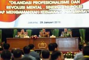 Presiden Jokowi, didampingi Panglima TNI dan Kapolri, saat membuka Rapat Pimpinan TNI-Polri Tahun 2016, di Auditorium PTIK, Jakarta, Jumat (29/1). (Foto:Humas/Jay)