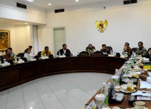 Presiden Joko Widodo dan Wapres Jusuf Kalla memimpin rapat terbatas dengan para Menteri Kabinet Kerja di Kantor Presiden, Jakarta.