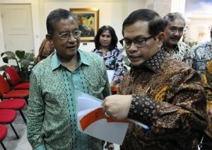 Seskab dan Menko Bidang Perekonomian berdialog sebelum menyampaikan konferensi pers usai rapat terbatas kemarin sore (12/1) di kantor Presiden, Jakarta. (Foto:Humas/Rahmat)
