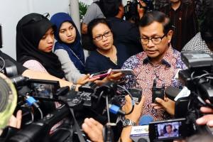 Seskab Pramono Anung menjawab pertanyaan wartawan usai pengumuman Paket Kebijakan Ekonomi IX (27/1). (Foto: Humas/Jay)