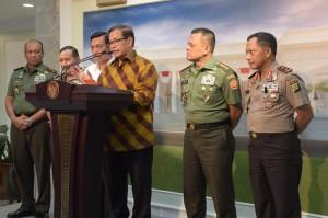 Seskab mengawali keterangan pers tentang ledakan bom di Sarinah, Jakarta (14/1). (Foto: Humas/Deni)