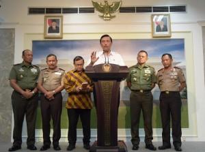 MEnko Polhukam memberikan keterangan pers usai Rapat Terbatas terkait ledakan bom di Sarinah, Jakarta (14/1) (Foto:Humas/Deni)