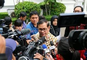 Seskab, Pramono Anung, ditanya wartawan saat akan mengikuti Sidang Kabinet di Kantor Presiden (4/1)