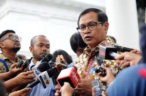 Seskab menjawab pertanyaan wartawan seusai ikuti rakor di Istana Negara, Jakarta (18/1) (Foto:Humas/Rahmat)