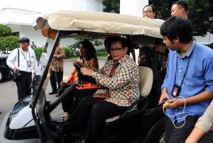 Seskab sambil menyetir menjawab pertanyaan dari wartawan di Istana Negara, Jakarta (18/1) (Foto:Humas/Rahmat)