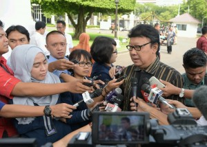 Mendagri menjawab pertanyaan wartawan usai rapat konsultasi Presiden dengan lembaga negara di Istana Negara, Jakarta (19/1) (Foto:Humas/Oji)