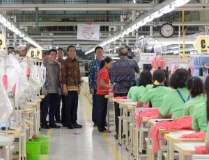 Presiden Jokowi dan rombongan melakukan peninjauan ke area pabrik setempat (22/1).