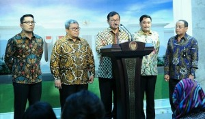 Seskab, Pramono Anung, saat memberikan keterangan pers tentang kereta cepat didampingi oleh pejabat terkait di Kantor Presiden, Jakarta (4/1)