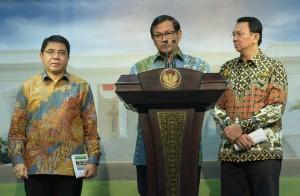 Seskab Pramono Anung memberikan  keterangan pers tentang hasil Ratas (20/1), didampingi oleh Kepala BKPM Franky Sibarani dan Gubernur DKI Jakarta Basuki Tjahaja Purnama.
