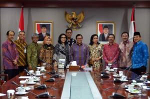 Seskab menerima Duta Besar di Ruang Rapatnya Kamis (18/2) siang. (Foto:Humas/Rahmat)