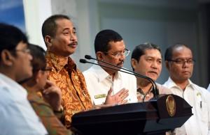 Menpar menjelaskan ke wartawan usai rapat terbatas kemarin (2/2). (Foto:Humas/Rahmat)