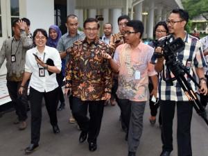 Seskab Pramono Anung menjawab pertanyaan wartawan usai Ratas Blok Masela (1/2).