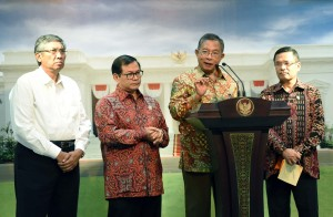 Menko Perekonomian Darmin Nasution, Seskab Pramono Anung, Menteri Perindustrian Saleh Husin, dan Wakil Menkeu Mardiasmo menyampaikan hasil Ratas Lanjutan Pembahasan Tingkat Kandungan Dalam Negeri, pada Selasa (23/2) sore.