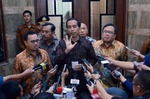 Presiden Jokowi menjawab pertanyaan wartawan usai mengikuti acara di Kementerian ESDM, Jakarta (29/2). (Foto:Humas/Jay)