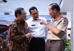 Seskab Pramono Anung, Kepala BNN Budi Waseso, dan Kapolri Jenderal Badrodin Haiti berbincang sebelum menyampaikan keterangan pers, di kantor Presiden, Jakarta, Rabu (24/2) sore. (Foto: Humas/Rahmat)