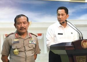 Kepala BNN Budi Waseso dan Kapolri Jenderal Badrodin Haiti menyampaikan keterangan pers Usai Ratas Pemberantasan Narkoba di Kantor Presiden, Jakarta, Rabu (24/2) sore. (Foto: Humas/Rahmat)