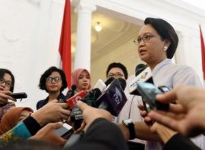 Menlu Retno menjawab pertanyaan wartawan di Istana Merdeka, Jakarta (25/2). (Foto:Humas/Jay)