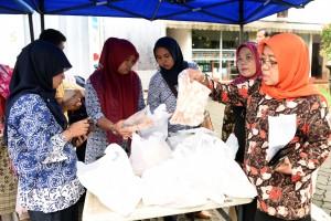 Para pegawai di lingkungan Setkab dan Kemsetneg membeli produk olahan ikan pada Jumat (26/2) siang. (Foto: Humas/Jay)