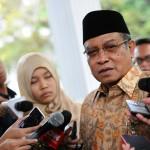 Ketua Umum PBNU, Said Aqil Siraj, menjawab pertanyaan para wartawan (5/2) di halaman Istana Merdeka. (Foto: Humas/Rahmat)