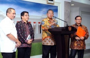 Coordinating Minister for the Economy Darmin Nasution accompanied by related ministers and high-ranking officials announced the 10th Economic Policy Package (11/1) (Picture: Public Relations Office/Jay)