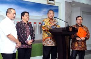 Menko Perekonomian Darmin Nasution didampingi para menteri dan pejabat terkait mengumumkan Paket Kebijakan Ekonomi X (11/2)