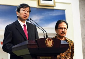 Menteri PPN/Kepala Bappenas Sofyan Djalil dan Presiden ADB Takehiko Nakao memberikan keterangan pers di Kantor Presiden (12/2). (Foto: Humas/Agung)
