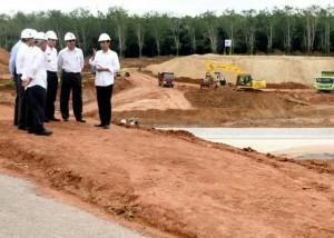 Presiden Jokowi secara mendadak tinjau pembangunan Jalan Tol Trans Sumatera, di Desa Sabahbalau, Kecamatan Tanjung Bintang, Kabupaten Lampung Selatan, Kamis (11/2) siang. (Foto:Biro Pers, Media, dan Informasi)