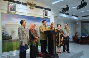 Ketua Komite Ekonomi dan Industri Nasional Soetrisno Bachir menyampaikan keterangan kepada wartawan di Kantor Presiden, Jakarta (10/2). (Foto:Humas/Deni)