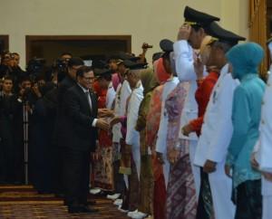 Seskab memberikan ucapan selamat kepada para kepala daerah yang dilantik di Jawa Timur (17/2). (Foto:Humas/Deni)