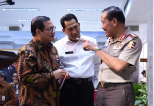 Seskab Pramono Anung, Kepala BNN Budi Waseso, dan Kapolri Jenderal Badrodin Haiti berbincang sebelum menyampaikan keterangan pers, di kantor Presiden, Jakarta, Rabu (24/2) sore. (Foto: Rahmad/Humas)