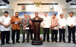 Seskab Pramono Anung memberikan keterangan pers bersama dengan para menteri dan pejabat terkait (2/2). (Foto: Humas/Rahmat)