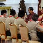 Presiden Jokowi didampingi Menpora Imam Nahrawi menerima rombongan Kwartir Nasional Gerakan Pramuka yg dipimpin oleh Adhyaksa Dault  (5/3) di Istana Merdeka. (Foto: Humas/Rahmat)
