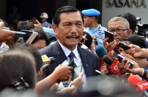 Menko Bidang Polhukam menjawab pertanyaan wartawan di Bandara Halim Perdanakusuma, Jakarta (19/2). (Humas/Rahmat)