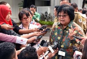 Menteri LHK menjawab pertanyaan wartawan usai mendampingi Presiden Jokowi menerima pengurus GAPKI, APKI, dan APHI di Istana Merdeka, Jakarta, Selasa (2/2) siang. (Foto:Humas/Jay)