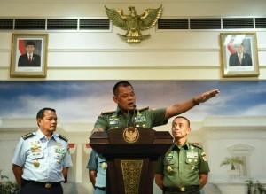 Panglima TNI Jenderal Gatot Nurmantyo didampingi KSAD, KSAL, dan KSAU menyampaikan keterangan pers, di kantor Kepresidenan, Jakarta, Selasa (23/2) petang. (Foto: JAY/Humas)