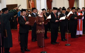 Presiden Jokowi melantik Ketua dan anggota Obudsman Republik Indonesia di Istana Negara, Jakarta Jumat (12/2) sore. (Foto:Humas/Rahmat)