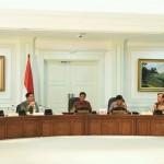 Presiden Jokowi memimpin rapat terbatas pengelolaan sampah sebagai sumber energi listrik, di kantor Presiden, Jakarta, Jumat (5/2) sore. (Foto: JAY/Humas)