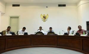 Suasana Rapat Terbatas tentang Lanjutan Pembahasan Tingkat Kandungan Dalam Negeri (23/2) di Kantor Presiden. (Foto: Humas/Jay)