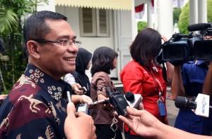 Menperin menjawab pertanyaan wartawan di halaman Istana Merdeka, Jakarta, Selasa (2/2) siang. (Foto:Humas/Jay)