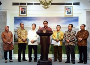 Seskab Pramono Anung menyampaikan keterangan pers usai rapat terbatas, di kantor Presiden, Jakarta, Jumat (5/2) sore. (Foto: Jay/Humas)