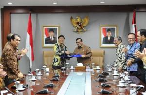 Seskab Pramono Anung dan Dirut Bank Mandiri Budi G. Sadikin saat penyerahan BAST kerjasama, di Gedung III Kemensetneg, Jakarta, Selasa (2/2) pagi. (Foto: Deni S/Humas Setkab)