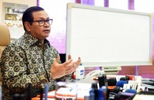 Seskab menjawab pertanyaan wartawan di ruang kerjanya Jumat (26/2) . (Foto:Humas/Rahmat)