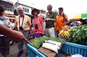 Wisatawan asing penumpang kapal pesiar MS Artania berkunjung ke pasar tradisional, pasar Terong