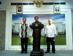 Seskab Pramono Anung didampingi Menteri PUPR Basuki Hadimuljono dan Menpora Imam Nahrawi memberikan keterangan pers, di Kantor Presiden, Jakarta, Rabu (30/3) sore. (Foto: Humas/Dhany)