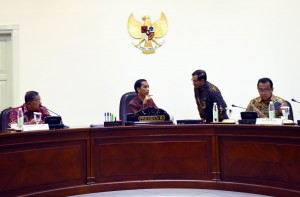 Presiden Jokowi berbincang dengan Seskab Pramono Anung sebelum ratas di Kantor Presiden, Jakarta, Rabu (30/3) sore. (Foto: Humas/Dhany)